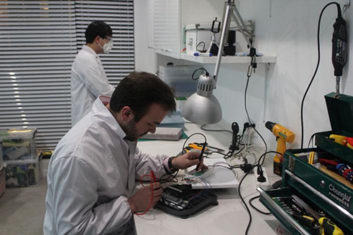 IDC设计工程师正在做测试